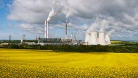 Электростанция с полем рапса Стоковые Изображения RF