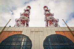 Электростанция с трубами на небе серого цвета заволакивает предпосылка Стоковые Фотографии RF