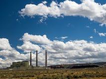 Электростанция увольнянная углем с резервами угля Стоковые Изображения RF