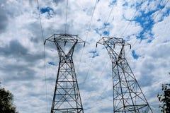 Электростанция электричества на заходе солнца Высоковольтная поддержка облака в небе - вычислите по маcштабу опасность завода ele стоковое изображение rf