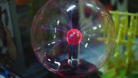 Электростатическая сфера плазмы вызвала шарик Tesla делая электрические дуги сток-видео