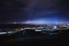 Электрофонарь сияющий до неба на холме около Штутгарта Rotenberg ночью Стоковые Изображения
