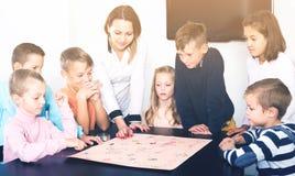 Элементарное время восхищая детей на таблице с настольной игрой и di Стоковое Изображение RF