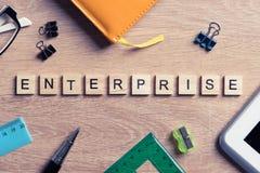 Элементы игры при письма говоря ключевое слово по буквам дела на рабочем месте Стоковые Изображения RF