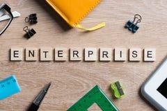 Элементы игры при письма говоря ключевые слова по буквам дела на рабочем месте Стоковая Фотография