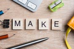 Элементы игры при письма говоря ключевые слова по буквам дела на рабочем месте Стоковые Фото