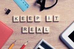 Элементы игры при письма говоря ключевые слова по буквам дела на рабочем месте Стоковая Фотография RF