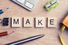 Элементы игры при письма говоря ключевые слова по буквам дела на рабочем месте Стоковые Изображения