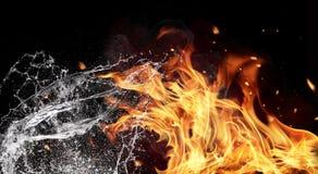 Элементы огня и воды на черной предпосылке стоковые фотографии rf