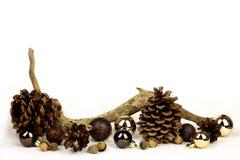 Элементы природы и предпосылка белизны рамки шариков рождества золота Стоковые Изображения RF