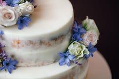 Элементы украшать свадебный пирог цветками На черной таблице Стоковая Фотография