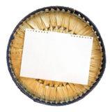 Элемент куска бумаги клал вне на крышку лозы корзины Стоковые Фото