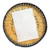 Элемент куска бумаги клал вне на крышку лозы корзины Стоковые Фотографии RF