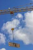 Элемент форма-опалубкы против голубого неба, поднимаясь по построению крана Стоковые Изображения RF