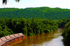 Эллинг берега реки вдоль реки в тропическом лесе Стоковая Фотография