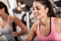 Эллиптическая тренировка на спортзале Стоковая Фотография