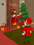 Эльф украшая камин в с Рождеством Христовым предпосылке праздника Стоковые Фото
