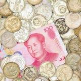 100 Юаней на куче старых монеток Стоковые Изображения RF