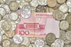 100 Юаней на куче старых монеток Стоковое Изображение