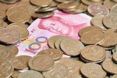 100 Юаней на куче старых монеток Стоковая Фотография RF