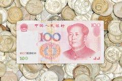 100 Юаней на куче старых монеток Стоковое Изображение RF