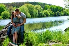 любить пар 2 любовника в природе Стоковые Фотографии RF