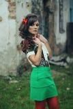 Юбка зеленого цвета девушки и красные колготки Стоковая Фотография