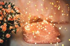 Юбка или платье от Тюль и букет роз цвета коралла стоковые фото
