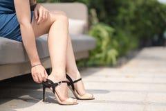 Юбка ног женщины вкратце нося высокую пятку Стоковые Изображения RF