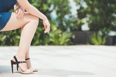 Юбка ног женщины вкратце нося высокую пятку Стоковые Изображения