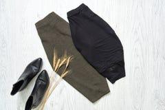 Юбка серого цвета и черноты, черные ботинки модная концепция Стоковое Изображение RF