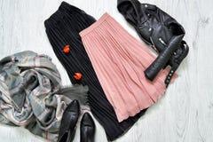 Юбка черноты и пинка, куртка, шарф и ботинки модная концепция Стоковые Изображения