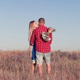 любовная история девушки сада мальчика целуя Красивые молодые пары идя в луг, внешний Стоковое Фото