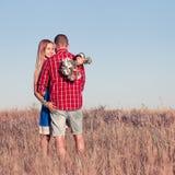 любовная история девушки сада мальчика целуя Красивые молодые пары идя в луг, внешний Стоковая Фотография