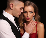 любовная история девушки сада мальчика целуя красивые сексуальные пары шикарная белокурая женщина и красивый человек Стоковые Изображения