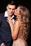 любовная история девушки сада мальчика целуя красивые сексуальные пары шикарная белокурая женщина и красивый человек Стоковые Фото