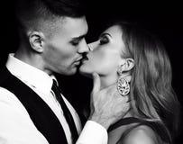 любовная история девушки сада мальчика целуя красивые сексуальные пары шикарная белокурая женщина и красивый человек Стоковое Изображение