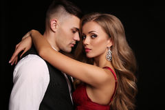 любовная история девушки сада мальчика целуя красивые сексуальные пары шикарная белокурая женщина и красивый человек Стоковое Фото