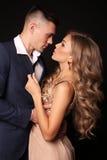 любовная история девушки сада мальчика целуя красивые сексуальные пары шикарная белокурая женщина и красивый человек Стоковое фото RF