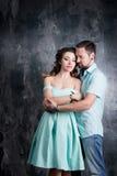 любовная история девушки сада мальчика целуя Молодые пары в голубом платье и tshort в студии Стоковое фото RF