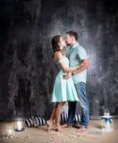 любовная история девушки сада мальчика целуя Молодые пары в голубом платье и tshort в студии Стоковая Фотография RF