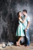 любовная история девушки сада мальчика целуя Молодые пары в голубом платье и tshort в студии Стоковые Изображения RF