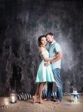 любовная история девушки сада мальчика целуя Молодые пары в голубом платье и tshort в студии Стоковые Изображения