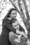 любовная история девушки сада мальчика целуя черная белизна Стоковое Изображение