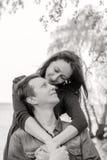 любовная история девушки сада мальчика целуя черная белизна Стоковое Изображение RF