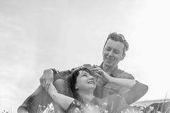 любовная история девушки сада мальчика целуя черная белизна Стоковые Изображения RF