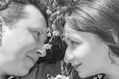 любовная история девушки сада мальчика целуя черная белизна Стоковая Фотография RF