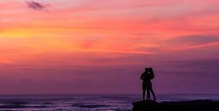 любовная история девушки сада мальчика целуя Стоковое Изображение RF
