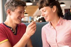 2 любовника беседуя и имея потеха в кафе Стоковые Фото