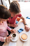 2 любовника беседуя и имея потеха в кафе Стоковые Изображения RF